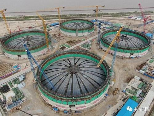 最大LNG储罐穹顶模块吊装就位